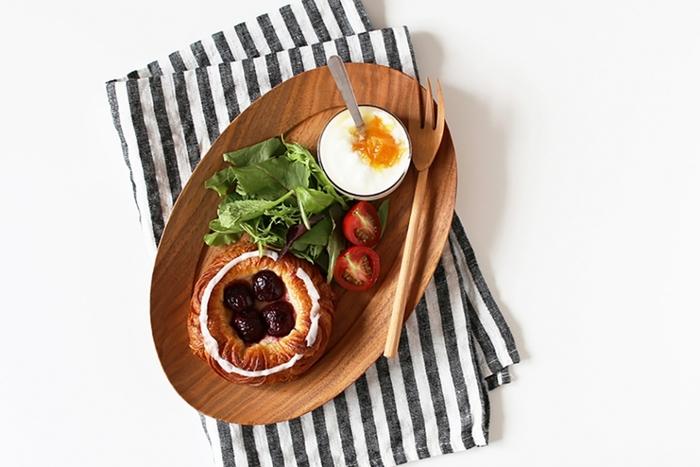 ちょっとした軽食を盛り合わせるだけで、なんだかおしゃれに見せてしまうのがウッドプレートの嬉しいところ。曲線が美しいこちらのオーバル皿も、まさに朝ごはんや軽いランチにベストなサイズです。