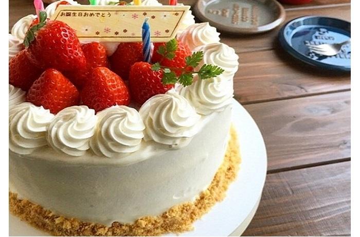 大切なひとのお誕生日は、ちょっぴり頑張ってデコレーション。美しく盛り上げたクリームに、お祝いの気分も盛り上がる♪