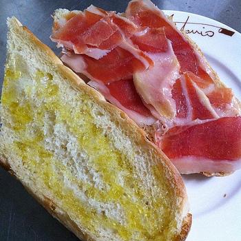 「ボカディージョ」は、スペインの国民食ともいえるサンドイッチ。日本でいうおにぎり的な存在だとか。バゲットを半分に切ってオリーブオイルを塗り、生ハムやチーズ、オムレツなどをはさんだだけの、とてもシンプルなサンドイッチです。