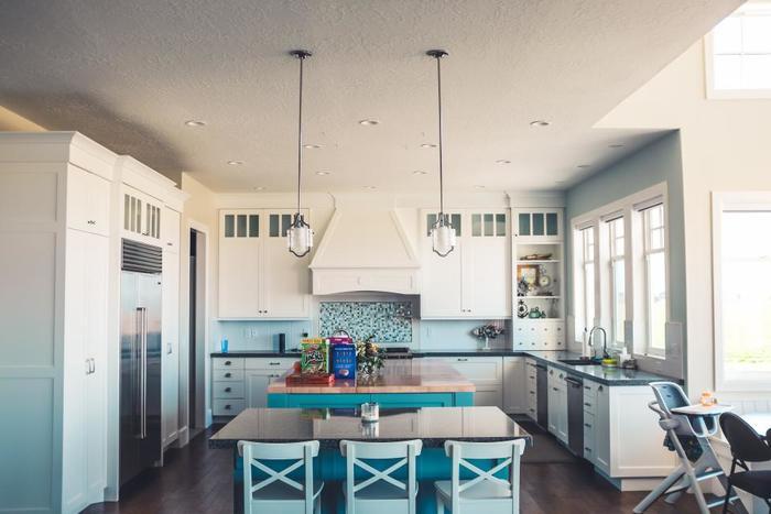 日用品も、長くずっと使える良いものを少し持っていれば十分。お鍋やフライパンを使って、揚げたり蒸したりと、代用する精神を持つことが大事です。いろんな種類のものを持たないお陰で、収納にスペースをとることもなくシンプルで使いやすいキッチンに。無駄な掃除の時間と労力のエネルギーも節約することができます。