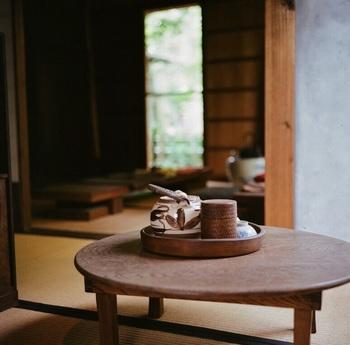 畳などの和室で使う机です。ソファや椅子を使用せず、畳や座布団などの上に座って使うことを想定してつくられています。  食卓で使うものは「ちゃぶ台」と呼び、高さは30cmぐらいのものが一般的。脚が折り畳めるものが多いのが特徴です。