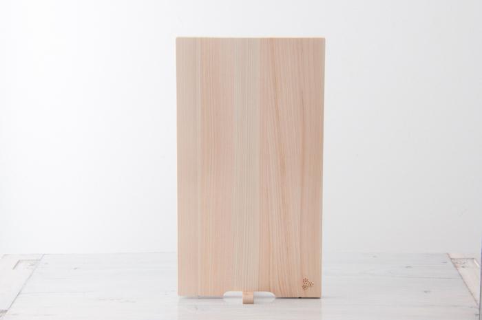 檜は重いイメージがありますが、その点は薄型にすることで解消。こうやって自立するので置き場所もとらず、乾きやすいのも嬉しい♪上品な木目に、和の道具の美しさを感じます。