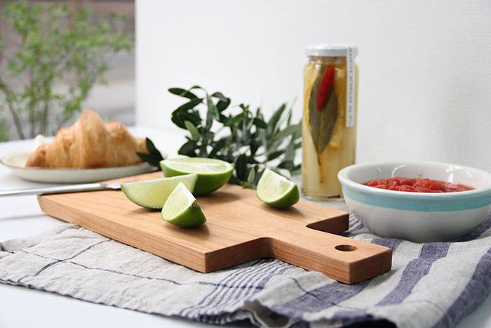 佇まいの美しさは、食卓に出すと存在感を放ちます。なんだか自然のものが食卓にあるっていい、そう思わせてくれます。使用した後は、植物油を塗ってお手入れすると乾燥を防いでくれます。