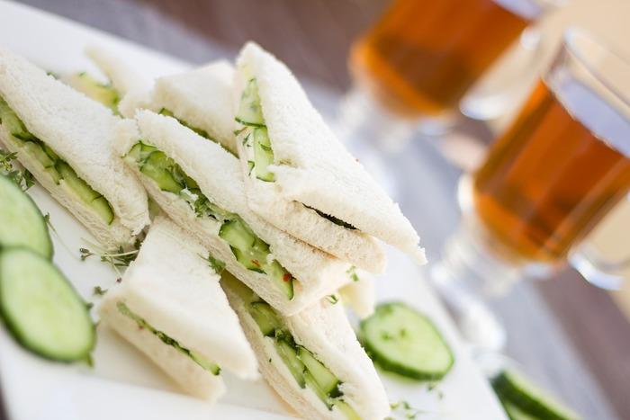 バターを塗ったパンにきゅうりをはさんだ「キュ―カンバー・サンドイッチ」は、イギリスのアフタヌーンティーでおなじみですね。シンプルですがとてもエレガントで、お茶とともにいただくにはちょうどいいサンドイッチです。