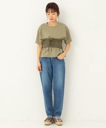 メンズライクなTシャツとボーイズデニム。コルセットベルトを合わせるだけで、女性らしいコーデに大変身!脚長効果も期待できそうですね。
