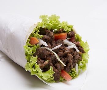 「ラップサンド」は、アメリカでも人気のサンドイッチスタイル。トルティーヤで具材を巻いて食べる「ブリトー」が、さらに持ち運びしやすくサンドイッチ感覚になったのがラップサンドだとか。メキシコ風にこだわらず、具材も自由です。