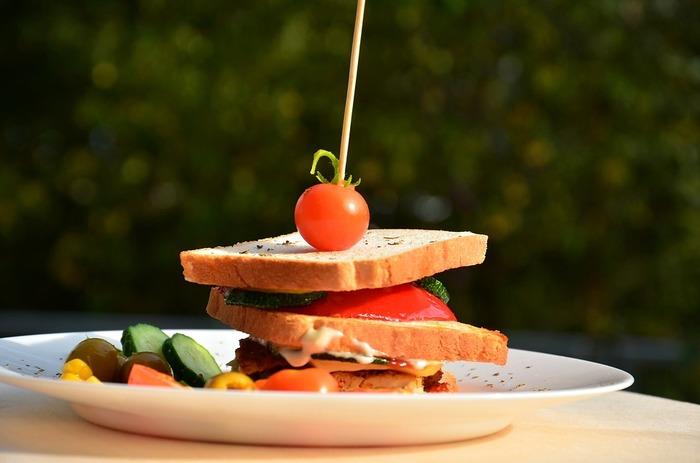 なんといってもサンドイッチのデザインや盛り付けが大切。常識にとらわれず、自由な発想で美しいサンドイッチを目指してみましょう。海外のサンドイッチの写真などをいろいろ見ると参考になります。