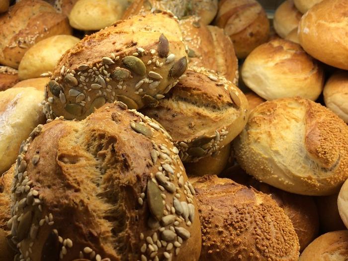 一口にサンドイッチと言ってもパンの種類はさまざま。食パンやバゲットだけではなくバンズ、ベーグル、ワッフル、ピタパン、ラップ…。必ずこれを使わなきゃならないなんて決まりはありません!色々なパンでサンドイッチを作りましょう♪
