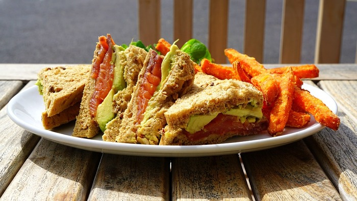 味の相性の良さはもちろん、色のコントラストも美しいサーモンとアボカドの組み合わせ。黒パンや全粒粉パンなど色の濃いパンを使うと、具の美しさが引き立ちますね。味だけでなく、色合いも考えてパンを選びましょう。