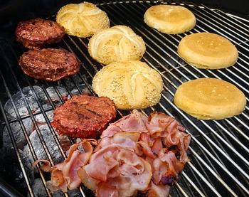 はさむ前に具をグリルするのもコツ。サンドイッチに使うパンもいっしょにグリル。チーズやオリーブオイル、ガーリックオイルを使って、こんがり焦げ目をつければ、香ばしいさが口いっぱいに広がります。