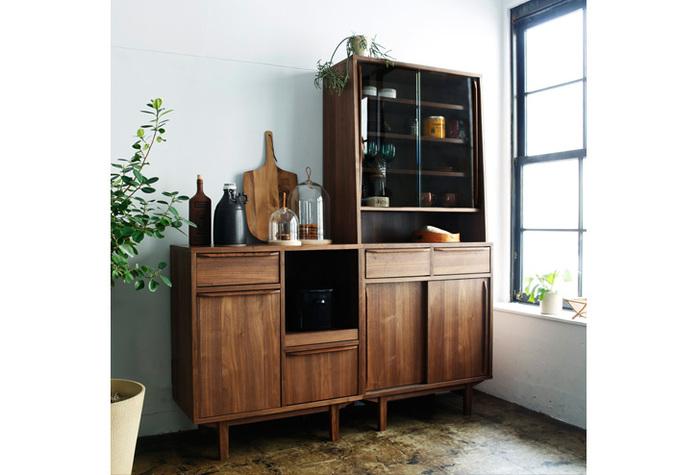 おもに食器を収納する棚のことで、棚板だけのものや、ガラス扉のあるものなどがあります。ガラス扉があるタイプは、コレクションなどの陳列台として使われることも。