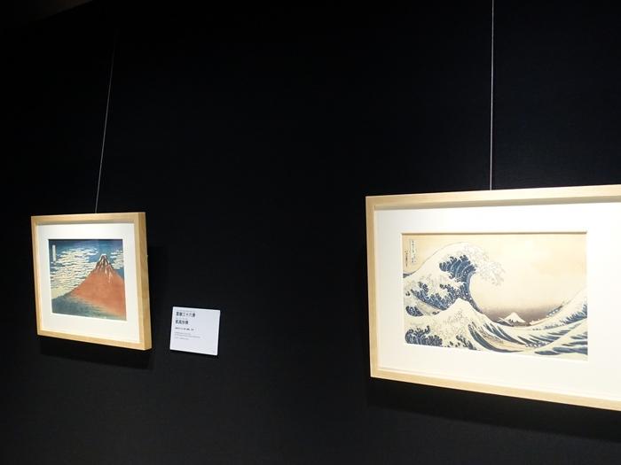 常設展と企画展があり、常設展は撮影できる作品もあります。有名な富嶽三十六景の浮世絵「凱風快晴(がいふうかいせい)」「神奈川沖浪裏(かながわおきなみうら)」も撮影できるのは驚きですね!