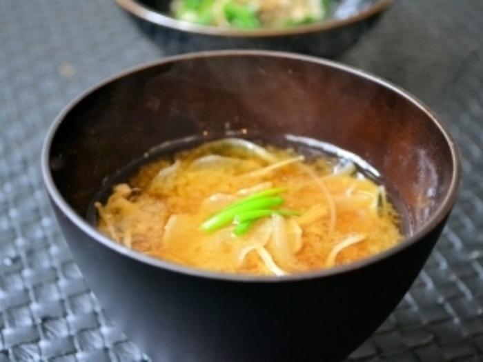 干し大根と干しえのきで作る、どこか懐かしくほっこりとした味わいのお味噌汁。干しえのきは数時間でできるので、晴れた日に思い立ったらすぐ作れるのが嬉しいですね。
