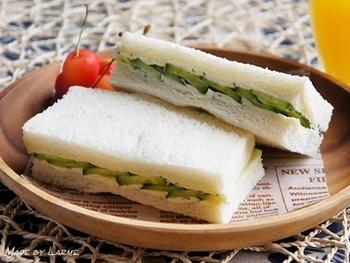 【キュ―カンバー・サンドイッチのレシピ】 このレシピでは、バターの代わりにハーブ入りのクリームチーズを塗っているとか。風味をアップさせたい方は、ガーリックを加えたり、アレンジがききます。