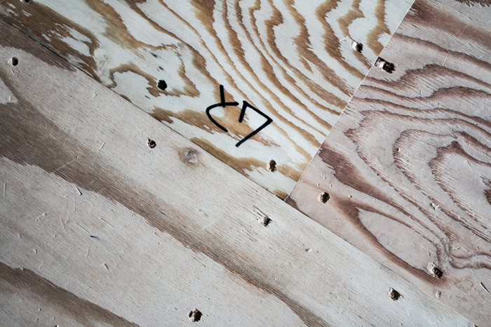 「ベニヤ」とも言い、木材を薄くスライスした単板を、木目が直交するように重ねて貼り合せるため、各方向の強度や寸法安定性に優れています。  また、合板の表面に何らかの仕上を施したものを「化粧合板」と言います。