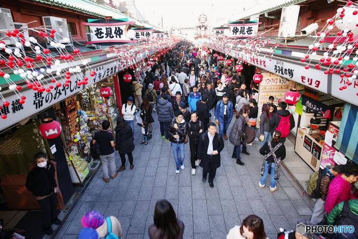 雷門から浅草寺に続く仲見世には、着物や番傘、和小物など「ザ・日本!」のグッズが所狭しと並んでいます。