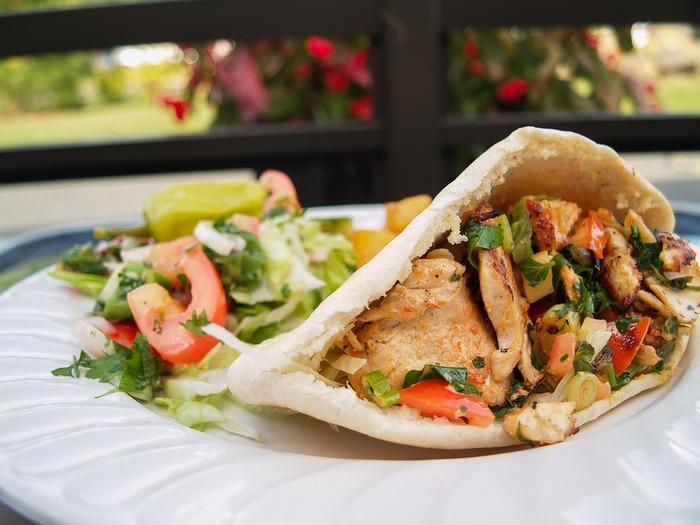 鶏肉や野菜などをたっぷり詰め込んだピタパンは、こぼれにくいのでお弁当にもおすすめ。大きなお口でかぶりつきたくなる、たまらない美味しさのサンドイッチです♪
