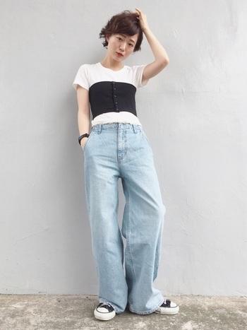 トレンドのワイドデニムは、コンパクトなTシャツとコルセットでトップスをスッキリとさせるとスタイルアップに繋がります。