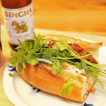 ヌクナムなどベトナムの調味料を使った、なますが入ったサンドイッチ。屋台など街のいたるところで手に入るファーストフードとして人気があります。ベトナムのフランスパンには米粉が入っていて、ふんわりやわらかな食感だそうです。