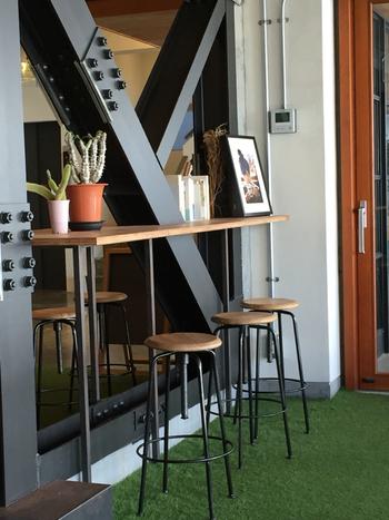 人工芝を敷く方法もあります。人工芝のグリーン効果で部屋から見えるイメージも大きく変わりますね。
