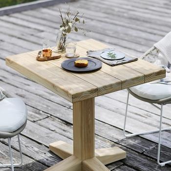 「バルコニーに家具は置いちゃいけない!」なんてことはないのです。お気に入りのテーブルや椅子でくつろぎのカフェタイムを過ごしましょう。