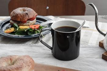漆黒が美しい、その名も「ツバメ」というカップ。高い技術力がないと難しいと言われる、ステンレス材の琺瑯でできています。職人さんが1つ1つ丁寧に作成しているので、個体によって仕上がりが違うのも魅力のひとつです。