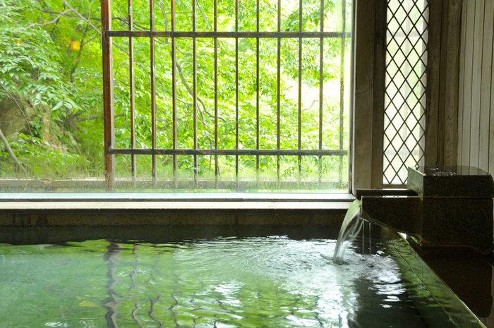 温泉は寒い時期だけのもの、なんて思っていたらもったいない!暑くジメジメした季節にこそ、しっとりツルツルのお湯に浸かりながら、素敵な景色と爽やかな風に癒されたいもの。忙しくて時間のない方にもおすすめの日帰りでも楽しめる関東近郊の温泉をご紹介します♪