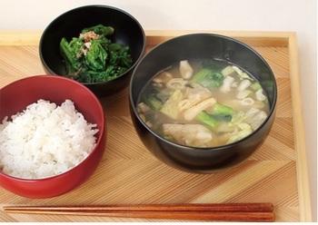 材料は間伐材を利用しているので、とってもエコ。ご飯やお味噌汁など、定番の和食を凛とした雰囲気で受け止めてくれます。背筋がシャンと伸びるような清々しい気持ちになるはず◎