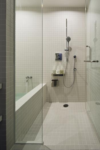 完全個室のシャワールームには、タオルやシャンプーなどの備品が備えられていて、館内着も用意されています。シャワーは、使い終わるたびに清掃してくれるので、気持ちよく使うことが出来ます。  【写真クレジット/Nacasa & Partners】
