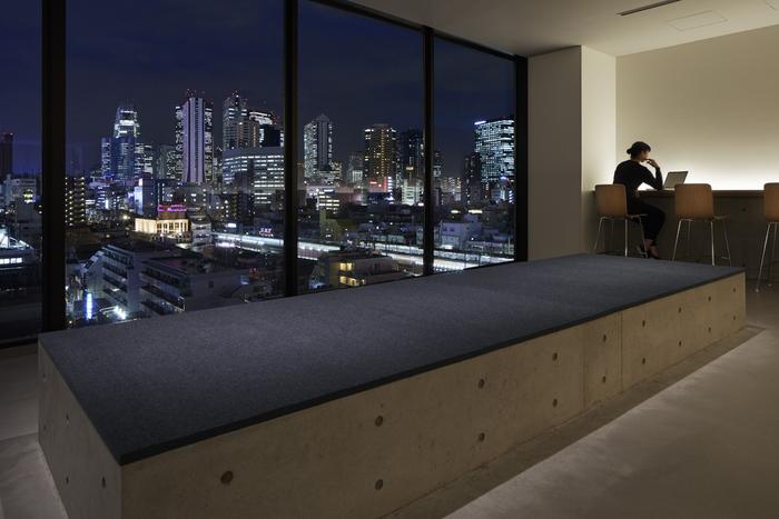 大きな窓からは、東京の夜景が一望できます。 こちらのスペースで、外で買ってきた物を飲んだり食べたりすることも出来ますよ。  【写真クレジット/Nacasa & Partners】