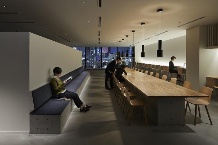 ラウンジスペースには、テーブルやカウンター、ベンチがあり、開放的な空間になっていて、ゆっくり読書したり、旅の計画を立てたり出来ます。  【写真クレジット/Nacasa & Partners】