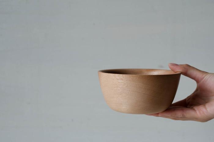 昔ながらの味噌汁碗など、日本の食卓にもなじみ深い木製食器は、電子レンジやオーブンにかけられなかったり、しっかり乾燥させる手間があったりと、決して万能ではありません。それでも、おしゃれなプレート皿などのバリエーションを増やしながら、さらなる人気を集め続けています。木の器が今、ますます愛されている理由とはなんでしょう?