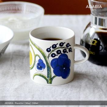 Paratiisi(パラティッシ)という名がつけられた、アラビアのカップ。フィンランド語の「楽園」が意味する通り、テーブルが華やぐ深いブルーの花が印象的。大き目でありながらも、女性の手にすっぽり収まる考えつくされたサイズ感もGOOD!