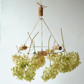 ドライフラワー用のラウンドハンガーです。コルクや麻ひもを使ってデザイン性も高いので、吊るして干しながらもオブジェにとして楽しめます。