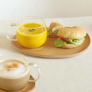 たっぷり入る、耐熱ガラスのカップもついています。スープを入れてベーグルサンドのプレートに、コーヒーを入れておやつプレートに。さまざまな時間に、大活躍してくれそうですよ。