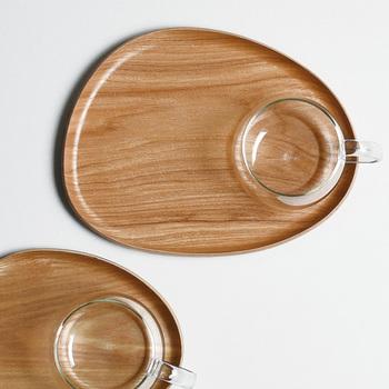 曲線を描くカタチが可愛らしいトレイ。濃淡のはっきりとした木目ともマッチしています。片方のカーブに沿うようにカップを置くとしっくり◎ 和風にも洋風にも合います。