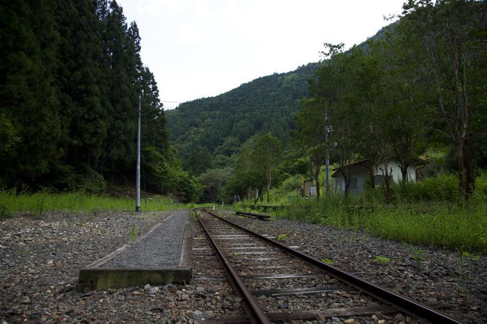 1面1線の駅構内は、どこが駅ホームになっているのか一見しただけでは分からないほどです。地面からわずかに高くなっている古いコンクリート製の駅ホームは、1959年に開業されたときから、約50年以上の時を静かに刻み続けています。