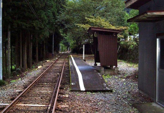 道土本駅は、大井川鐵道沿線にある1959年に開業された無人駅です。1面1線の低く狭いホーム、古びた小さな駅舎が可愛らしく、周囲の深い森と融和して独特の魅力を放っています。