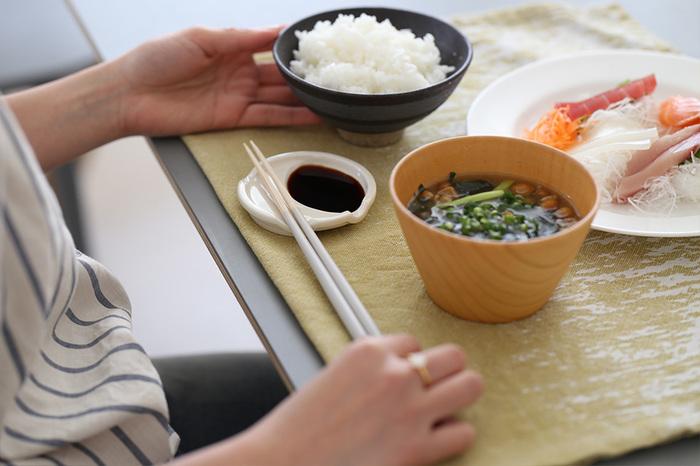 底が平らですっきりしたシルエットのお椀ですが、熱が伝わりにくい木製だからこそ、この形でも手に持ちやすいんですね。 おしゃれな味噌汁碗としてとしてはもちろん、ポタージュなどの洋風スープにも幅広く使えます。