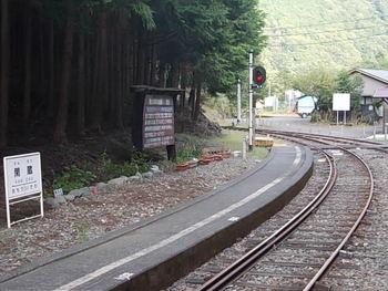 閑蔵駅は、大井川鐵道の終着地でもある井川駅の隣駅です。林の中にある小さな駅は、1959年に開業された時から変わらない佇まいをしています。