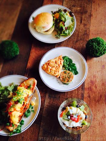 「ファクトリー」や「麴町カフェ」を運営するエピエリが、浅草にオープンさせた「SUKE6DINER」。助六夢通りにあることから付けられた店名とのことです。「助六」とは歌舞伎の演目の一つですので、歌舞伎ファンはチェックしなくては! 多彩な卵料理や自家製ソーセージを使った素朴な味わいの一皿を、3階のパン工場で焼く天然酵母のパンと穫れたてのおいしい野菜と一緒に頂けます。