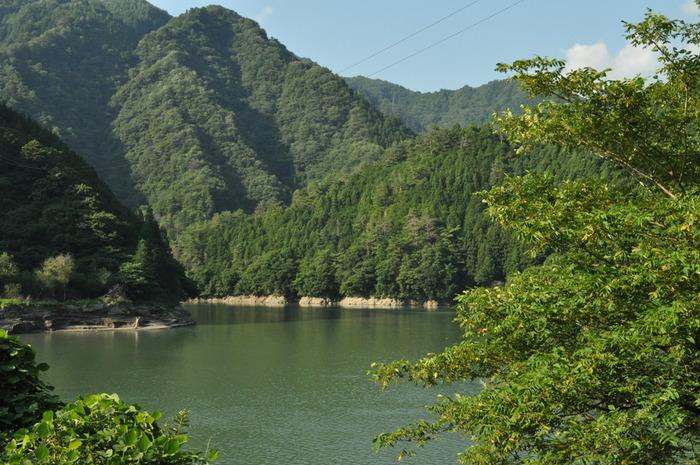 小和田駅ホームから眺める景色の素晴らしさは格別です。悠然と流れる天竜川と深緑の山々が織りなす景色は、深山幽谷としており人を寄せ付けない魅力を漂わせています。