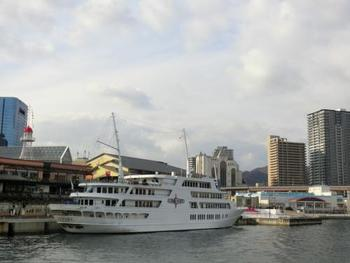 タイミングによっては、港にとどまる豪華客船に出会えることも。ちなみに、有名なレストラン船「コンチェルト」のクルーズは、ランチとディナーだけでなく、ティータイムも運行しているんですよ。