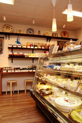 最後は、ナチュラルチーズ専門店の「Fromagerie Miu(フロマジュリー ミュウ)」に立ち寄ります。ヨーロッパ産を中心としたさまざまなチーズの量り売りを行っているこちらのお店は、イートインも可能です。