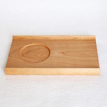 チェリーの無垢材で作られた、カップの凹みが便利なトレイ。高級材であるチェリー材特有のさらっとした質感が心地いい◎