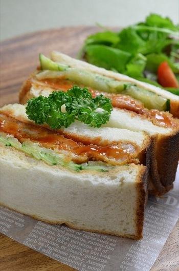 「カツサンド」は、日本で生まれた独自のサンドイッチなのだとか。昭和10年、東京・上野の老舗とんかつ店「井泉」の当時の女将が考案したのが発祥といわれています。簡単に食べられて、スタミナのつくお弁当として長く愛され続けていますね。