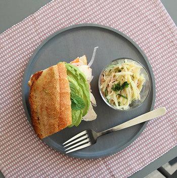 パンやケーキなどの洋風に、そして和菓子やおにぎりなどの和のお料理とも相性バッチリです。大きなバケットサンドの横に、らくらく小皿がおける大きさ。好きなものをのせて、ワンプレートランチを楽しみましょう♪