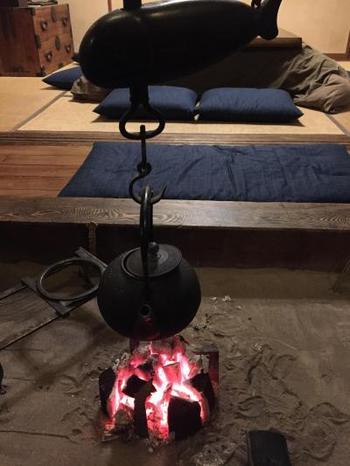 囲炉裏や畳、和ダンスなど、日本の昔ながらのアイテムにほっとさせられます。 この囲炉裏が家の中心であり落ち着きを醸し出して、ゲストの交流を促してくれます。