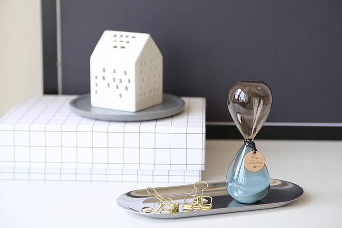 デンマークのインテリアブランド【HAY(ヘイ)】には、シンプルなデザインの砂時計「Time(タイム)」があります。薄いガラスが醸し出す繊細さと、丸みのある愛らしいフォルムとのバランスが絶妙。さりげなく付いているタグも可愛らしいですね☆