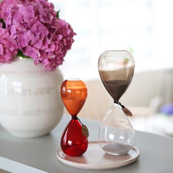 「Time」にはいろいろなカラーやサイズが揃っています。計れる時間は、サイズによって3分・15分・30分の3種類。違うデザインの物を二つ並べるのも素敵です。